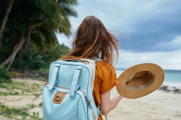 Mulher turista caminhando na praia