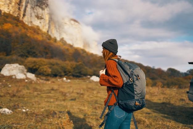 Mulher turista com cortador perto da montanha viaja aventura na paisagem