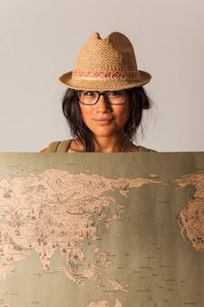 Mulher turista com mapa do mundo