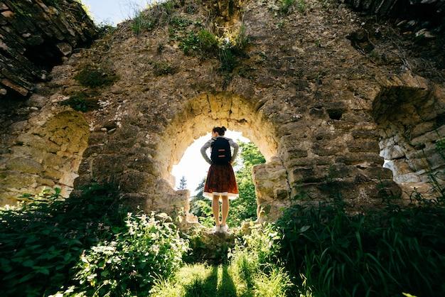Mulher turista com uma mochila em um fundo de natureza