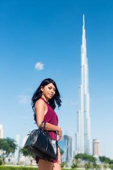 Mulher turista em férias na cidade de dubai em frente ao burj al khalifa