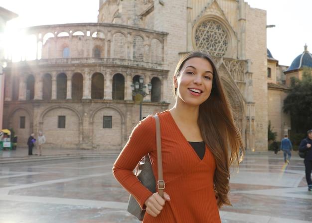 Mulher turista em valência com a catedral, espanha