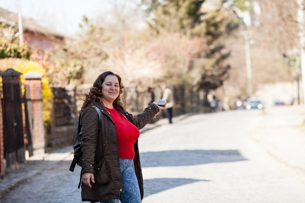 Mulher turista está usando a localização do mapa no smartphone
