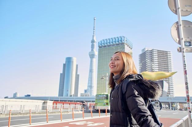 Mulher turista está visitando aprecie a vista asakusa em tóquio, japão,