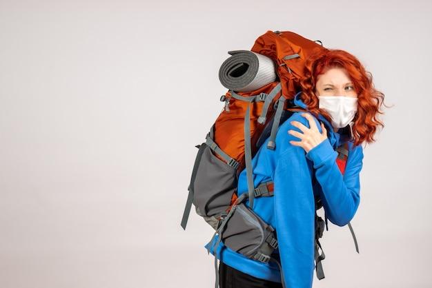 Mulher turista fazendo uma viagem de montanha com mochila