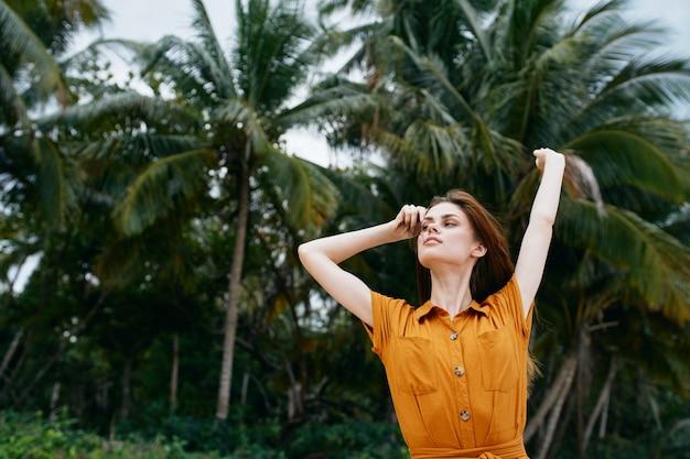 Mulher turista ilha palmeiras trópicos liberdade