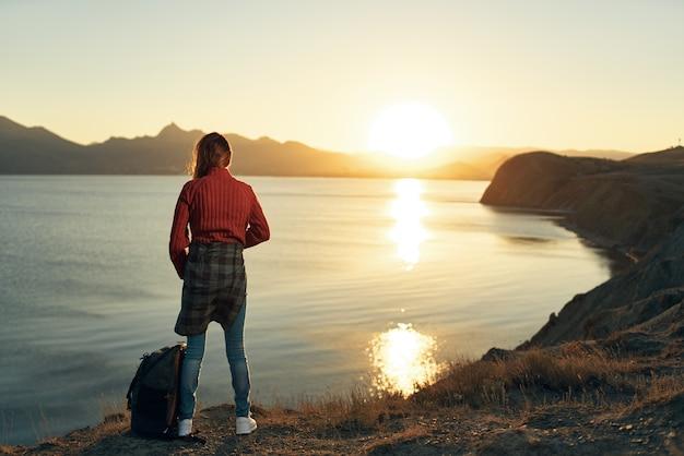 Mulher turista, liberdade, ar fresco, caminhada, aventura, viagem