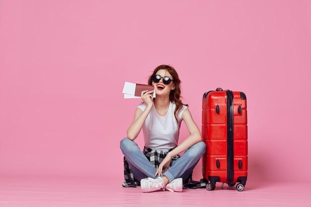 Mulher turista mala vermelha divertida viagem de férias