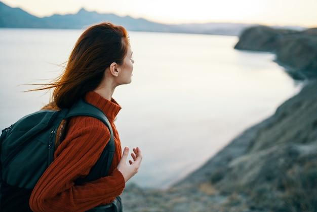 Mulher turista mochila montanhas paisagem oceano