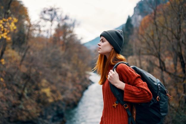 Mulher turista mochila outono floresta rio viajar