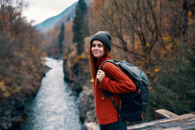Mulher turista mochila rio outono