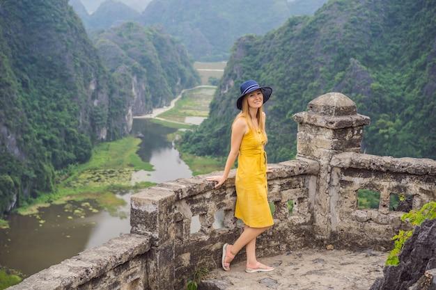 Mulher turista no lago tam coc ninh binh vietnã é um patrimônio mundial da unesco conhecido por