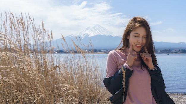 Mulher turista no monte fuji, lago kawaguchiko, japão.