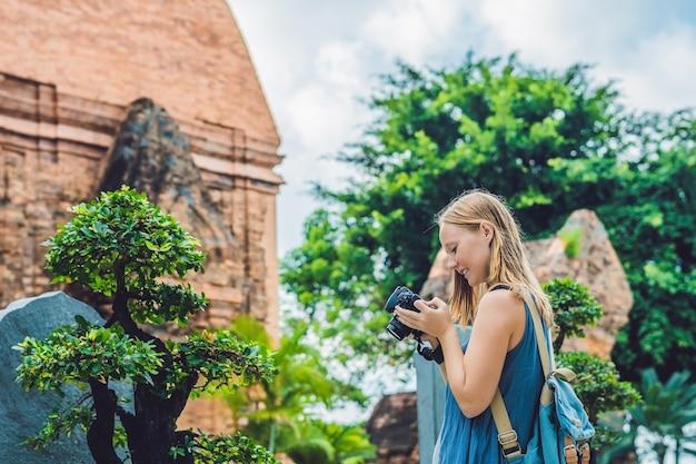 Mulher turista no vietnã po nagar cham tovers