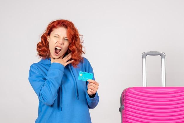 Mulher turista segurando o cartão do banco de frente