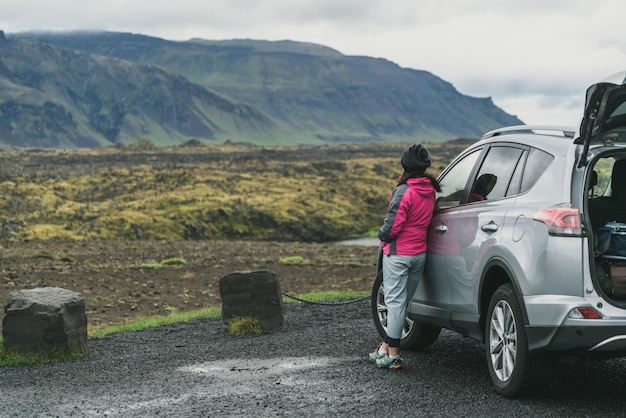 Mulher turista viajar de carro suv na islândia.