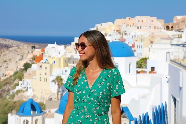 Mulher turista viajar de santorini de férias em oia, na grécia