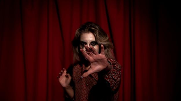 Mulher turva, escondendo o rosto com a mão