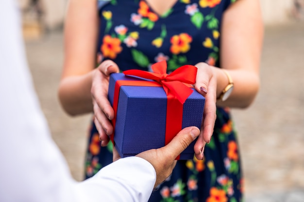 Mulher turva, recebendo presente