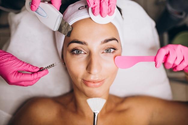 Mulher, um salão de beleza, fazendo procedimentos cosméticos