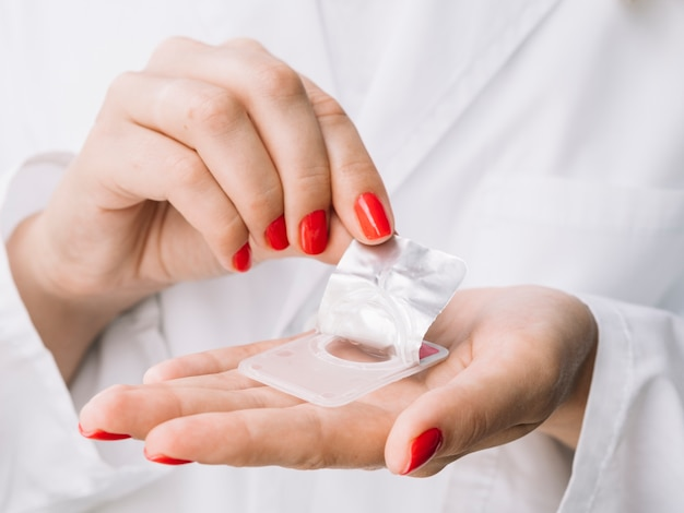 Mulher unboxing novas lentes de contato