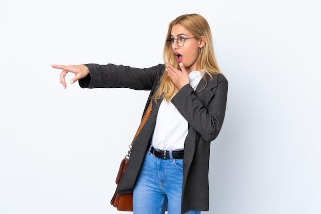 Mulher uruguaia de negócios sobre dedo apontando branco isolado para o lado