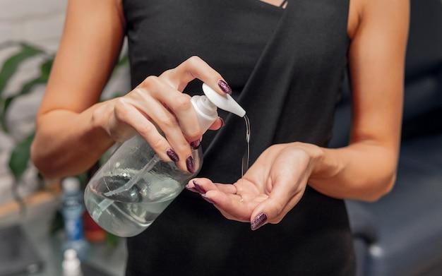 Mulher usa desinfetante. prevenção contra bactérias e vírus