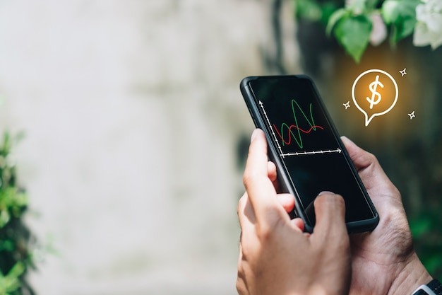 Mulher usa gadget de smartphone para celular e ganha dinheiro online com o ícone de um dólar