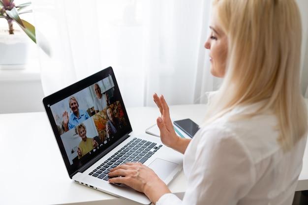 Mulher usa laptop. trabalho do processo de pesquisa do aluno. mulher de negócios jovem trabalhando escritório moderno de inicialização criativa. analise o estoque do mercado, nova estratégia.