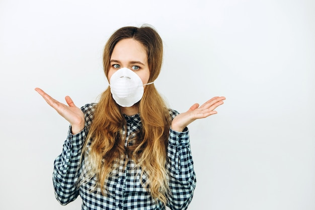 Mulher usa uma máscara facial em um fundo branco. medicamentos de proteção contra o coronavírus. a epidemia covid 2019.