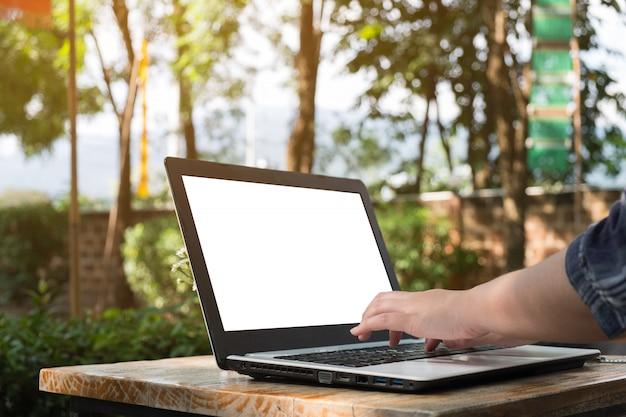 Mulher, usado, laptop, ligado, tabela madeira, negócio, trabalhando, mock cima, exposição