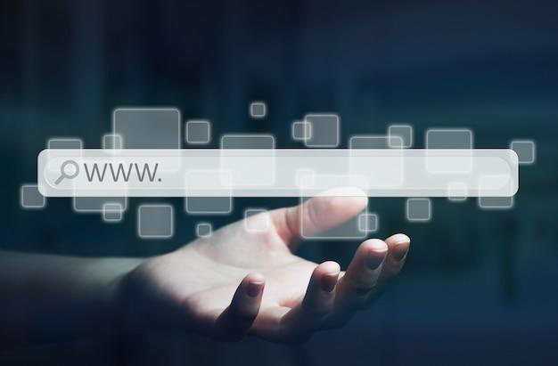 Mulher usando a barra de endereços da web para navegar na internet