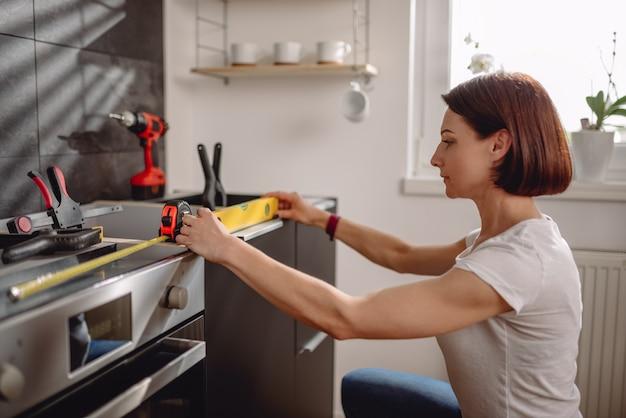 Mulher usando a ferramenta de nivelamento