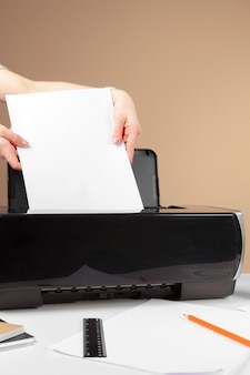 Mulher usando a impressora para digitalizar e imprimir documentos