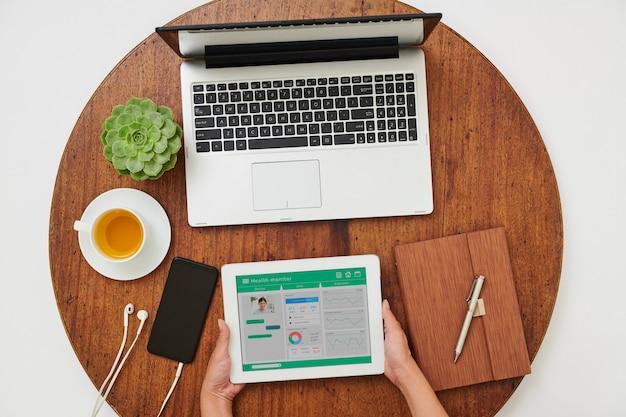 Mulher usando aplicativo médico online
