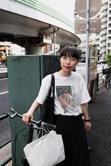 Mulher usando bicicleta elétrica na cidade