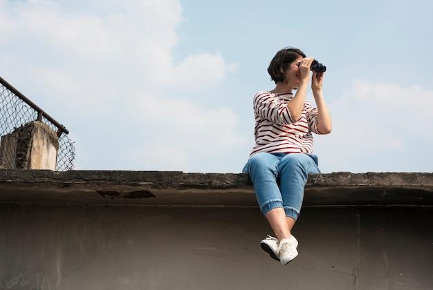 Mulher, usando, binocular, explore, procurar