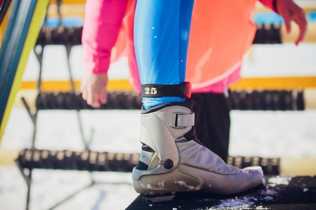 Mulher usando botas de esqui