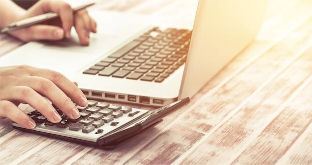 Mulher usando calculadora