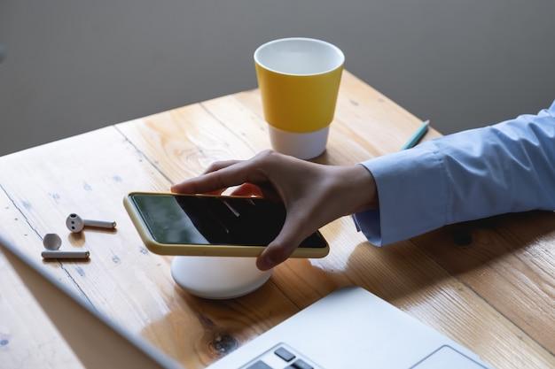Mulher usando carregamento sem fio. conceito de tecnologia.