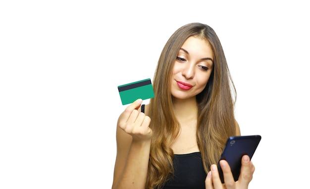 Mulher usando cartão de crédito fazendo compras online com o telefone