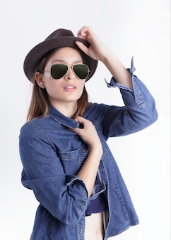Mulher usando chapéu e óculos com camisa azul