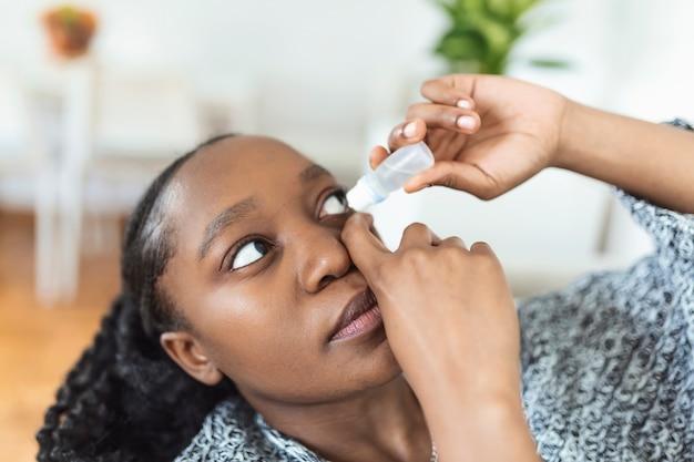 Mulher usando colírio, mulher tomando lubrificante para os olhos para tratar olho seco ou alergia, mulher doente tratando irritação ou inflamação do globo ocular, mulher sofrendo de olho irritado, sintomas ópticos
