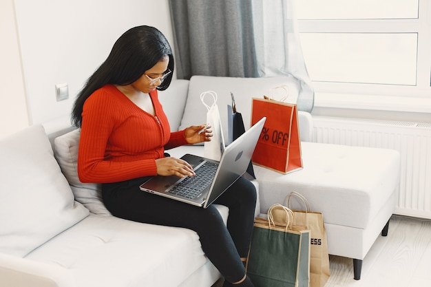 Mulher usando computador e cartão de crédito