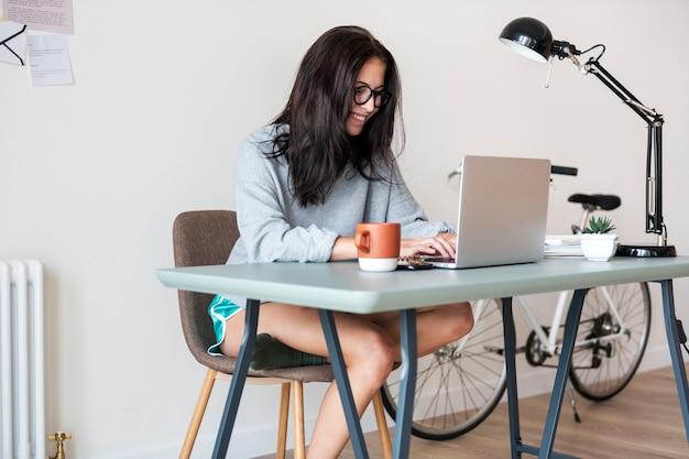 Mulher, usando computador, laptop