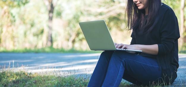Mulher, usando, computador, laptop