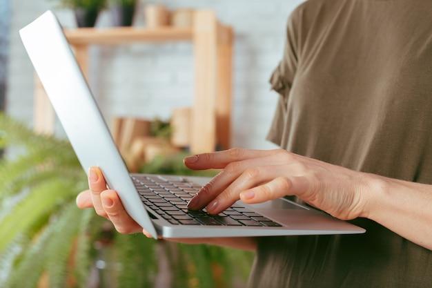 Mulher, usando computador portátil, dentro