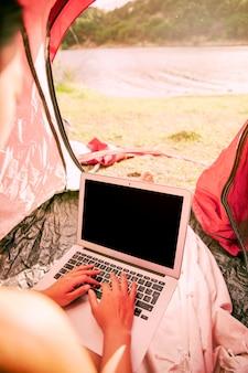 Mulher, usando computador portátil, em, barraca