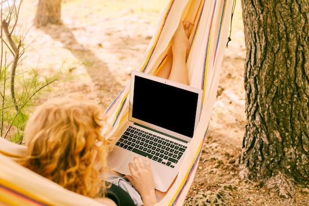 Mulher, usando computador portátil, em, rede