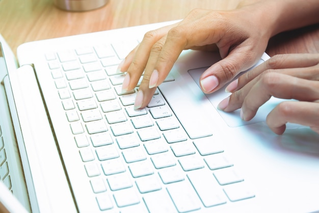 Mulher usando computador portátil. trabalhando em casa. trabalhador autonomo. e-business ou marketing